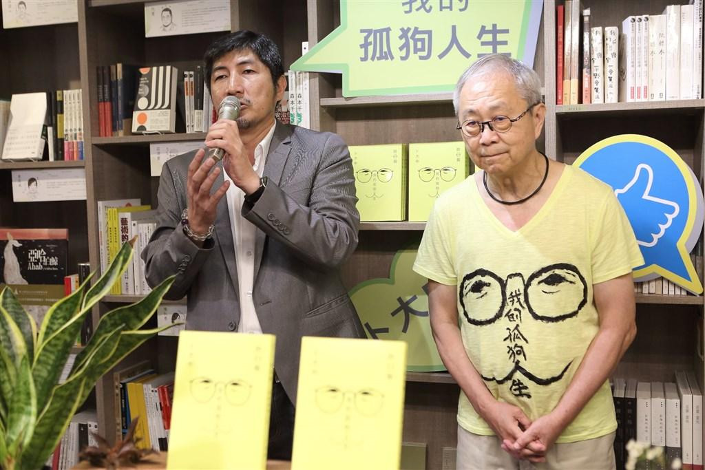 卜大中(右)穿著新書封面圖樣T恤出席新書發表會,允晨文化發行人廖志峰(左)說明出版始末。(圖取自允晨文化FB)
