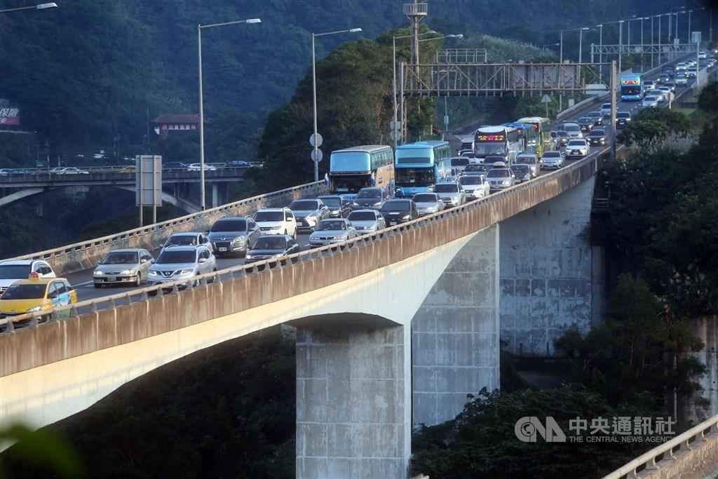 10日起有4天國慶連續假期,交通部高公局預估連假首日將有較多旅遊車潮,有5個南下路段容易塞車,行車時間大約是平日的3至5倍。(示意圖/中央社檔案照片)