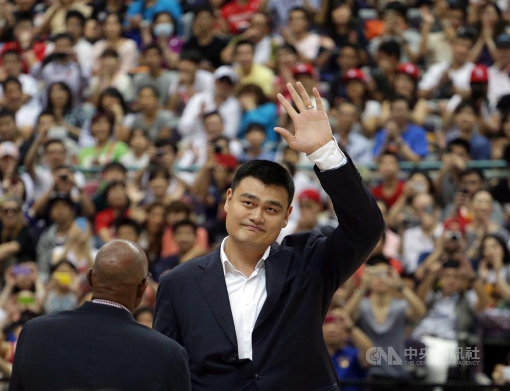 休士頓火箭總經理發表挺港推文引發軒然大波,美聯社報導,如果NBA想要修復和中國的關係,前火箭球星姚明(中)可能是關鍵人物。(中央社檔案照片)