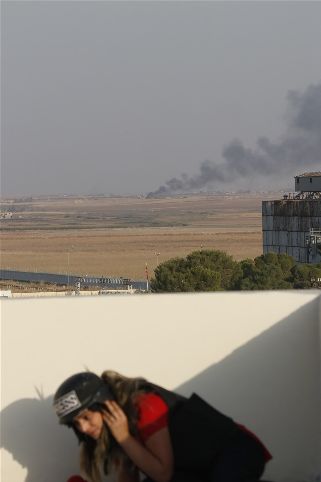 土耳其總統艾爾段派9日宣布派軍隊跨境進入敘利亞,在敘利亞北部發起「和平之泉行動」,圖為敘利亞北部已見濃煙。(安納杜魯新聞社提供)