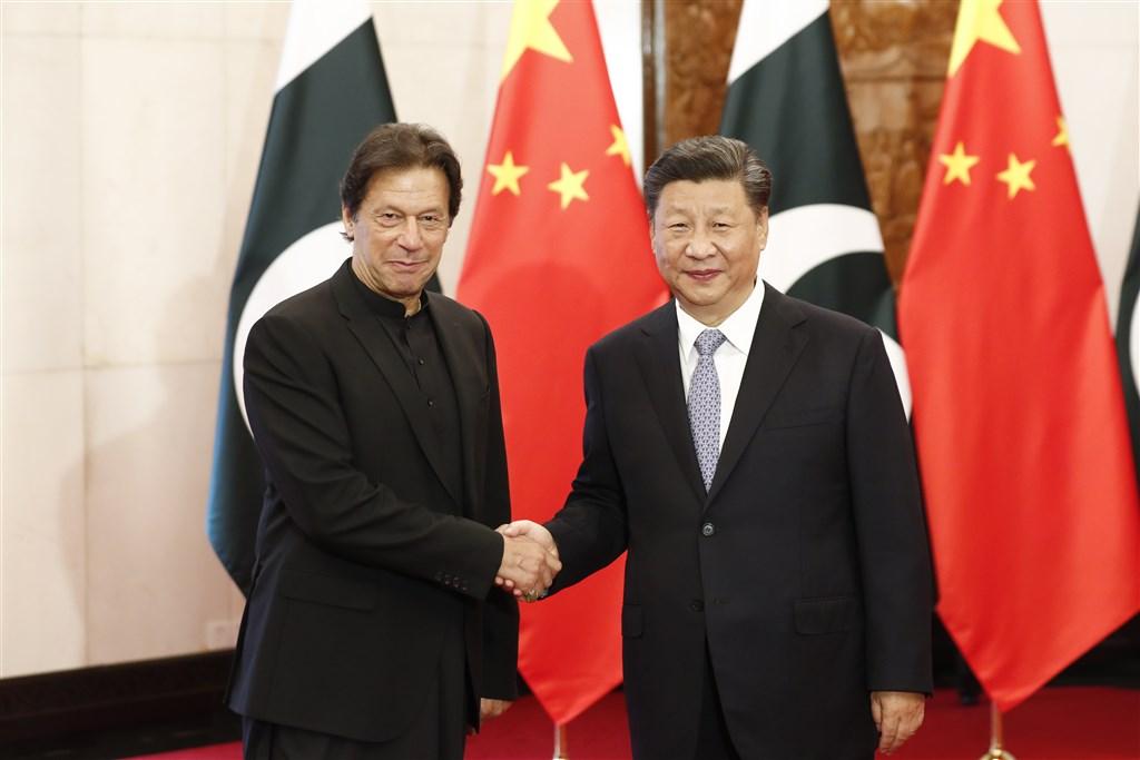 中國國家主習近平(右)9日在北京與巴基斯坦總理伊姆蘭汗(左)會面時表示,支持巴基斯坦核心利益。習近平在訪問印度前夕重申對巴基斯坦的支持,似乎並不在意會因此破壞與印度總理莫迪的會面氣氛。(中新社提供)