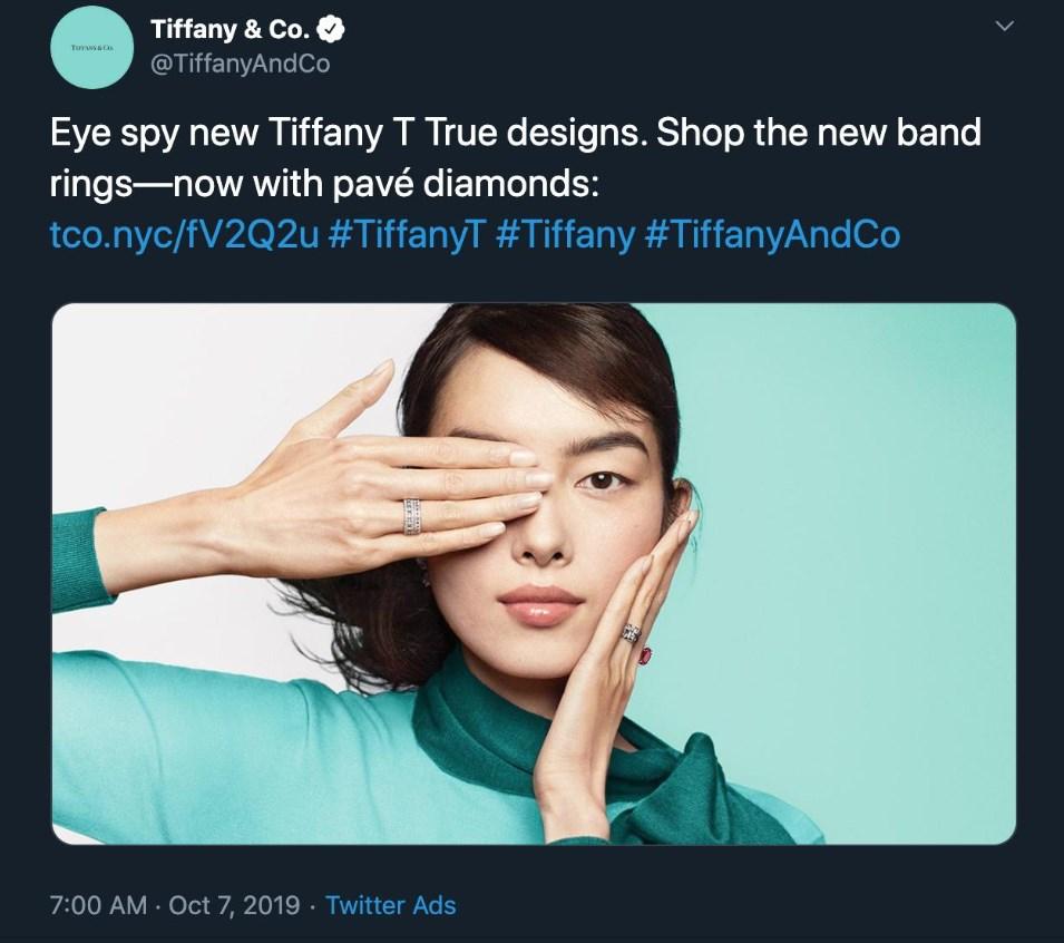 美國珠寶飾品公司Tiffany一張由中國名模孫菲菲拍攝手遮單眼的廣告照片,遭到中國消費者指控支持香港反送中運動,Tiffany已將照片從推特帳號刪除。(圖取自twitter.com/KirzSulph)