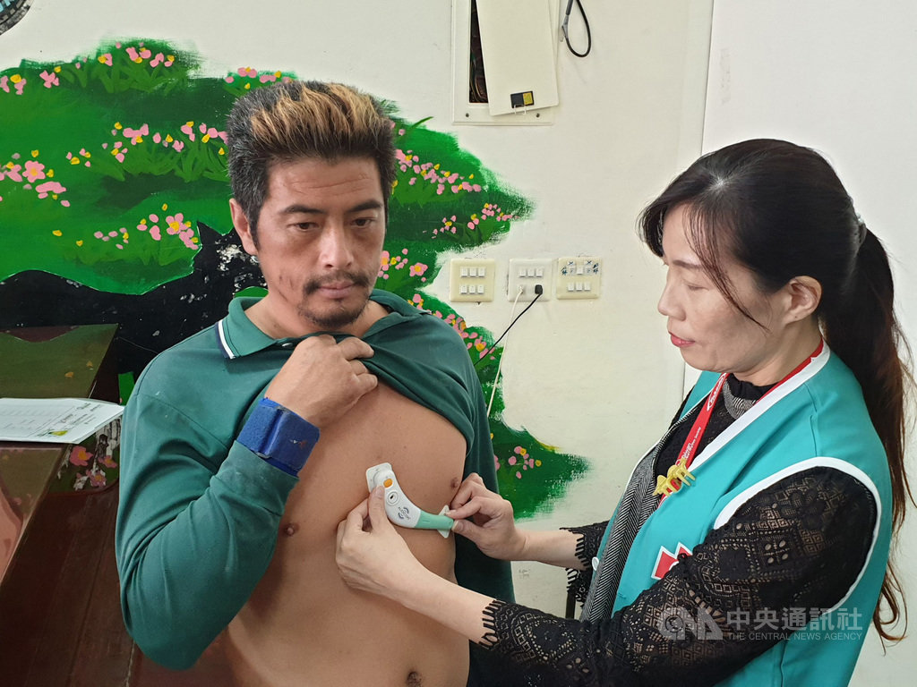 台北馬偕醫院在新竹尖石後山部落首創心臟專科遠距醫療,只要配戴穿戴式裝置10秒鐘,就能以遠距即時監測、判讀心臟狀況。中央社記者陳偉婷攝 108年10月10日