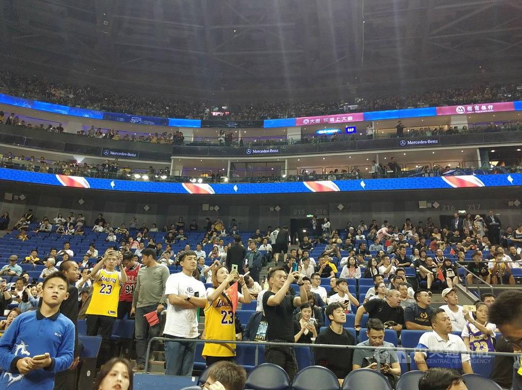 2019年NBA中國賽首站10晚在上海梅賽德斯-奔馳文化中心舉行,儘管中方抵制如潮水湧來,但仍有許多球迷到場觀賽,並表示對球員的喜愛不受這次言論風波影響。中央社記者張淑伶上海攝 108年10月10日