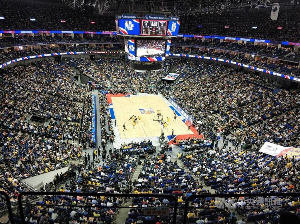 在NBA言論風波引發中方抵制下,NBA中國季前賽10日晚在上海開打,現場吸引接近滿座的球迷觀賽,氣氛熱烈。中央社記者張淑伶上海攝 108年10月10日