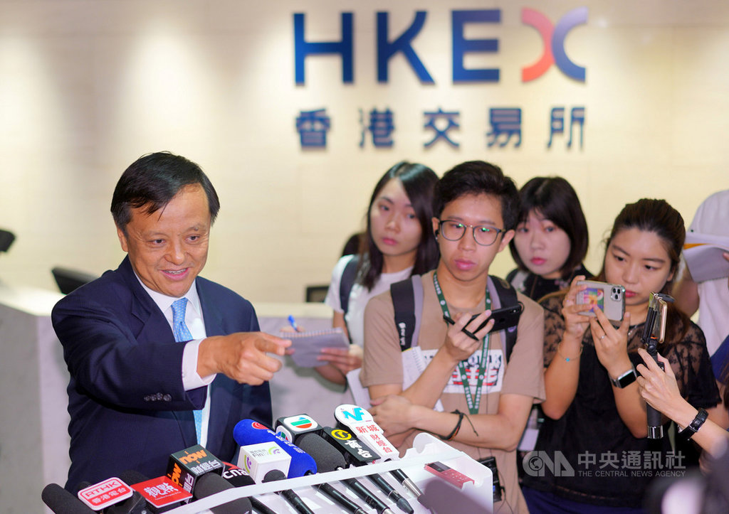香港交易所行政總裁李小加10日以「完美風暴」形容當前局勢,並強調能否衝出風暴,全靠「我們自己」。圖為李小加(左)10日出席新股上市儀式後會見媒體。(中新社提供)中央社 108年10月10日