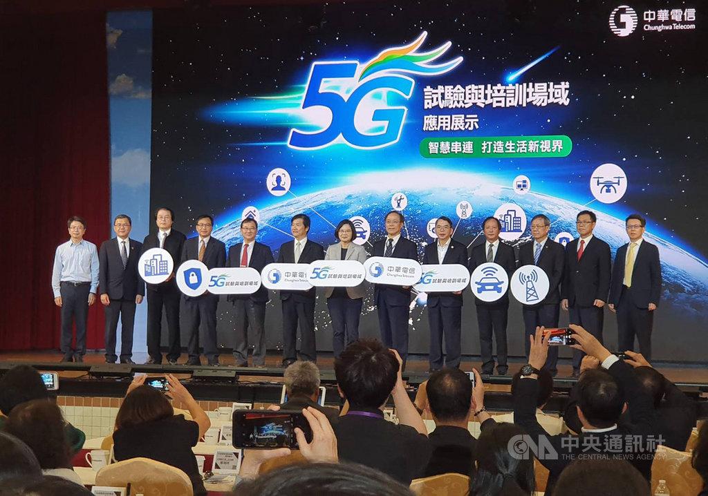 台灣迎接5G時代,電信業者得先經歷一場「銀彈四射」的頻譜搶奪之戰。圖為總統蔡英文3日體驗中華電與合作夥伴研發的5G應用。中央社記者江明晏傳真 108年10月10日