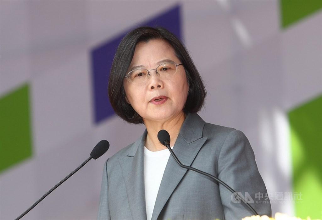 中華民國中樞暨各界慶祝108年國慶大會10日登場,總統蔡英文(圖)發表國慶談話指出,中華民國已經在台灣屹立超過70年,一旦接受「一國兩制」,中華民國就沒有生存的空間。身為總統,站出來守衛國家主權,不是挑釁,而是她最基本的責任。中央社記者王騰毅攝 108年10月10日