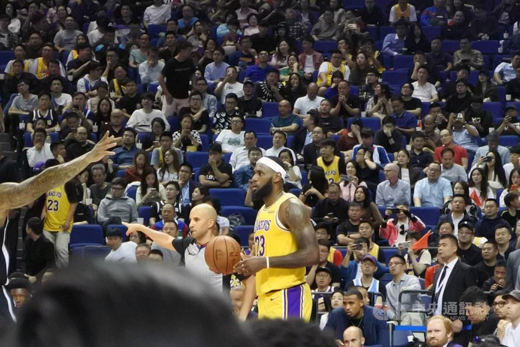 NBA中國季前賽10日晚在上海開打,湖人隊球星詹姆斯(持球者)是現場球迷最為關注的焦點人物。中央社記者張淑伶上海攝 108年10月10日