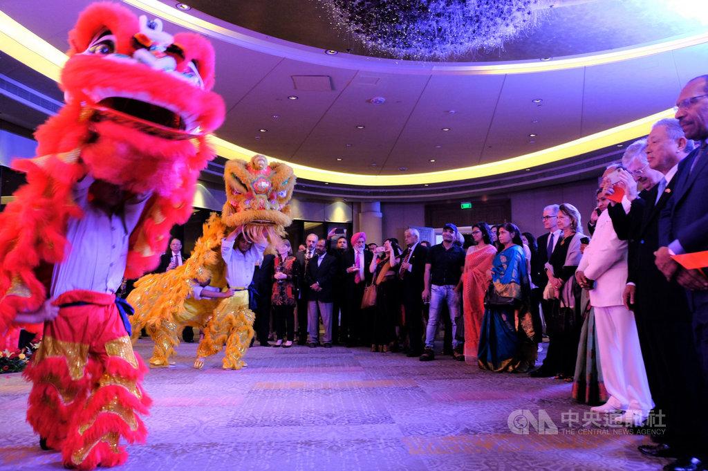 駐印度代表田中光(右2)與各國使節、貴賓9日晚間在中華民國108年雙十國慶晚宴,觀賞佛光山德里文教中心沙彌帶來的精彩舞獅表演。中央社記者康世人新德里攝  108年10月10日