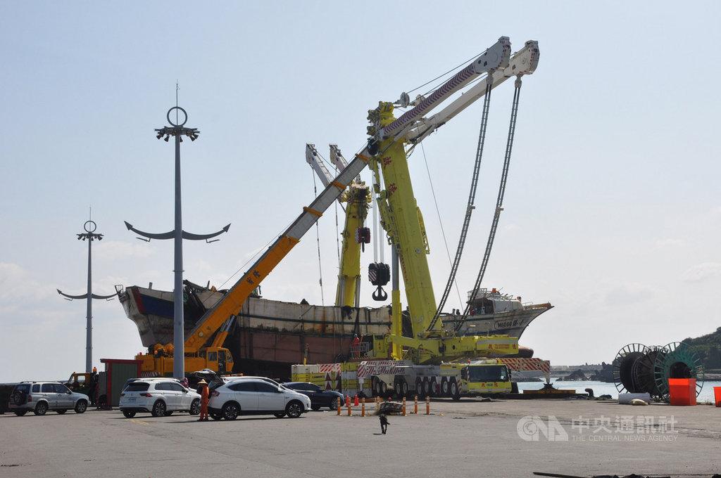 宜蘭縣南方澳跨港大橋坍塌,壓毀橋下3艘漁船。橋拱拆除作業10日完成,並將其中翻浮的「新臺勝266號」漁船吊起上岸,交由檢方展開證據保全與調查工作。中央社記者沈如峰宜蘭縣攝  108年10月10日