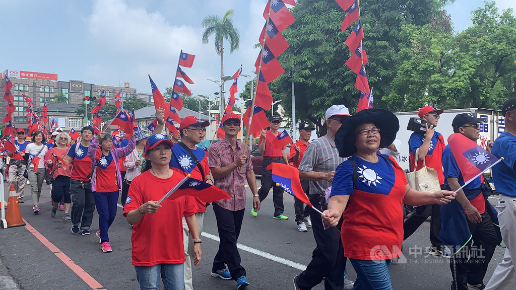 韓國瑜屏東競選總部10日舉辦國慶踩街活動,數百名藍營支持者揮舞國旗在屏東市區遊行。中央社記者郭芷瑄攝 108年10月10日