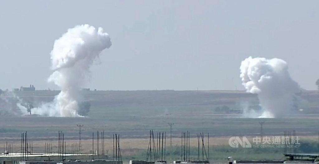 土耳其對敘利亞幼發拉底河東岸發起「和平之泉行動」,敘利亞拉卡省特爾阿布雅德鎮10日遭砲擊。圖攝於土耳其尚勒烏爾法省阿克恰卡萊鎮。(Ahmet Keyif提供)中央社記者何宏儒安卡拉傳真 108年10月10日