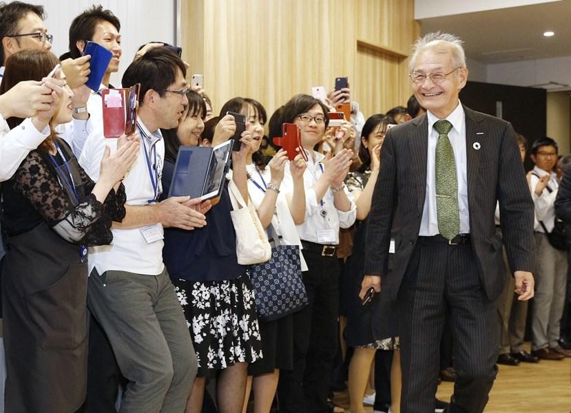 日本學者吉野彰(前右)因對研發鋰離子電池貢獻卓著,9日與另兩位英美學者共同榮獲2019年諾貝爾化學獎。吉野在東京召開記者會時受到現場與會者熱烈歡迎。(共同社提供)