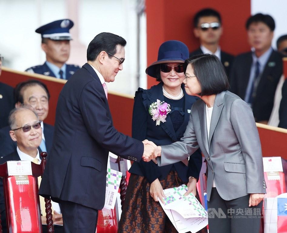 中華民國中樞暨各界慶祝108年國慶大會10日上午在總統府前廣場舉行,總統蔡英文(前右)、前總統馬英九(前左)出席,兩人握手致意。中央社記者郭日曉攝 108年10月10日
