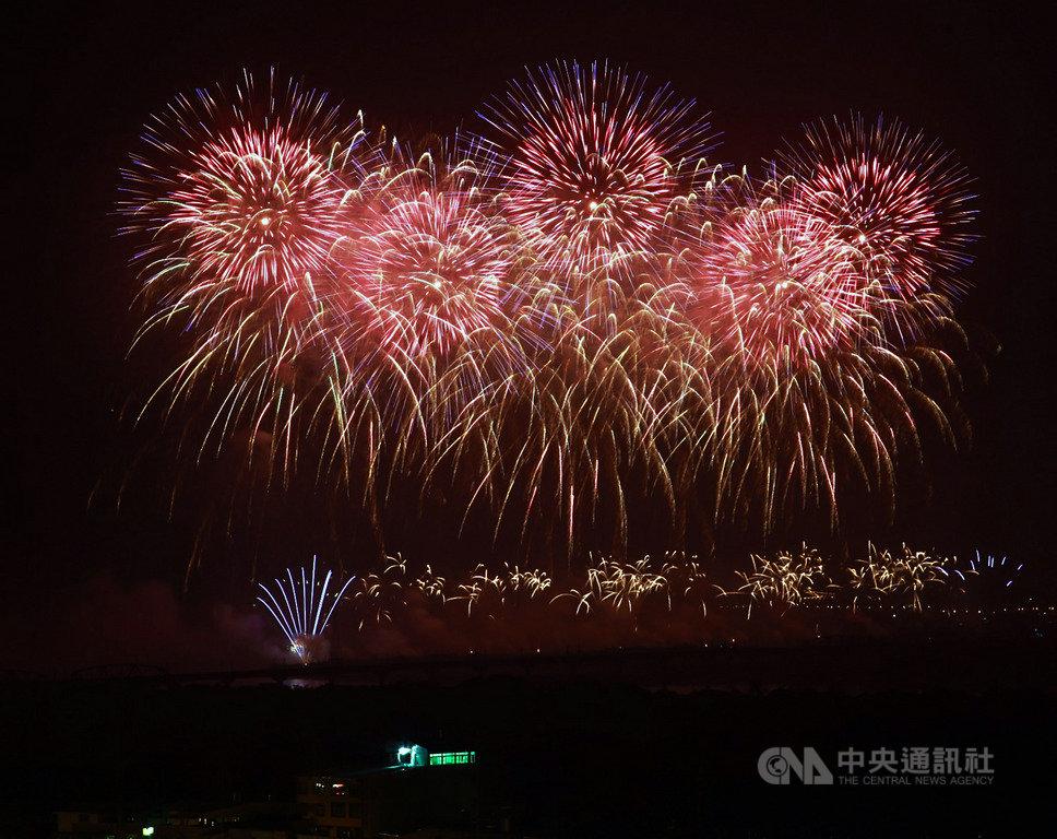 108年國慶煙火10日晚間在屏東河濱公園施放,以「攜手世界.台灣耀飛」為主題,時間長達42分鐘,創下歷年國慶煙火最長施放時間紀錄。中央社記者董俊志攝 108年10月10日
