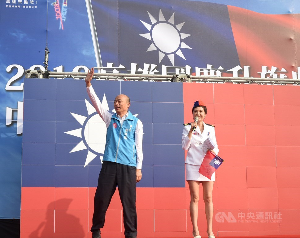 高雄市國慶升旗典禮10日在高雄展覽館旁舉行,市長韓國瑜(左)出席致詞,並帶領參加民眾唱國歌。中央社記者董俊志攝 108年10月10日