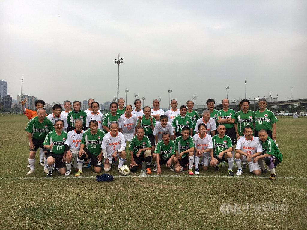 25名年紀超過70歲的銀髮族,23日將前往大阪參加70歲以上足球世界盃,他們多半來自成立61年的台北孔雀足球隊,球隊成員來自各行各業。(台北孔雀足球隊提供)中央社記者鄭景雯傳真 108年10月11日