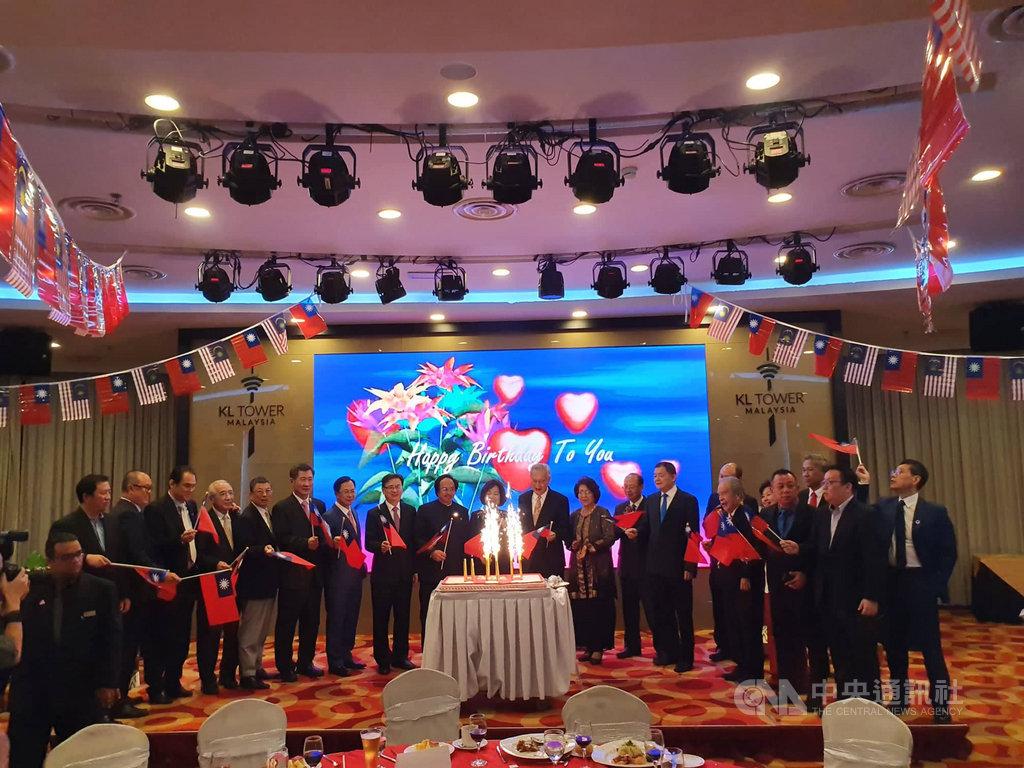 馬台經貿協會9日晚間於吉隆坡地標吉隆坡塔舉行慶祝中華民國108年國慶晚會,除了馬台政商人士出席外,台北醫學大學參訪團也受邀參加,彼此都希望能提升未來雙邊經貿關係。中央社記者郭朝河吉隆坡攝 108年10月11日