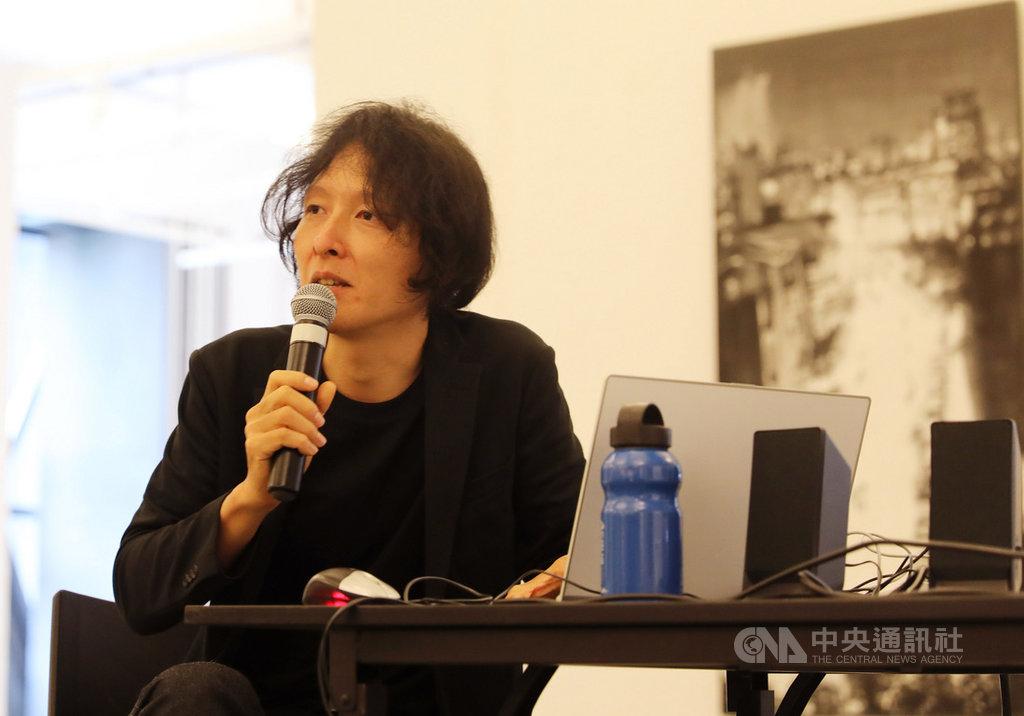 新加坡「盛放台灣—台灣當代藝術展」共有25位台灣藝術家參展,展現台灣當代藝術家生命力。圖為藝術家林葆靈與觀展藝文界人士分享創作風格與靈感。中央社記者黃自強新加坡攝 108年10月11日
