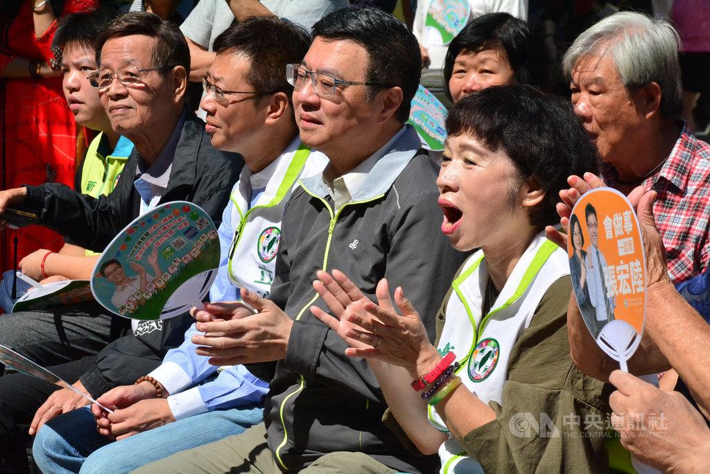 民進黨主席卓榮泰(前右2)11日在新北市出席活動時受訪表示,民進黨不是操弄亡國感,而是針對香港問題惡化,呼籲台灣人應該提高心中自覺。中央社記者黃旭昇新北市攝 108年10月11日