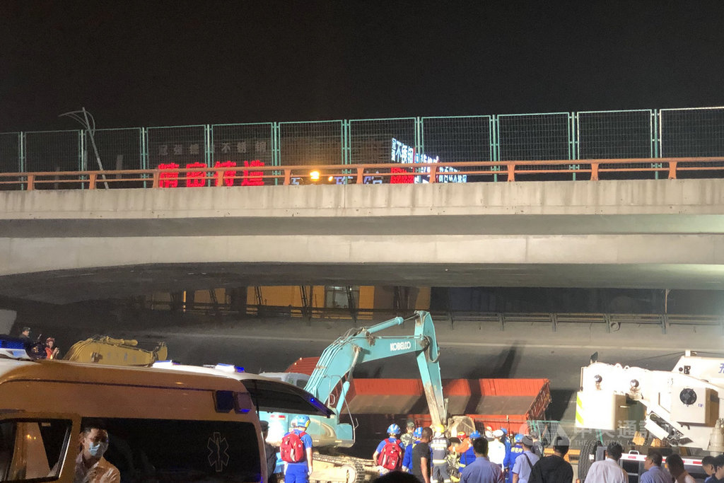 江蘇省無錫市312號國道往上海的高架路段,10日傍晚突然發生大規模坍塌,事故導致3人死亡、2人受傷。圖為10日晚間的現場救援情況。(中新社提供)中央社 108年10月11日