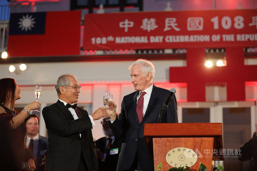 駐美代表處在雙橡園舉辦中華民國108年國慶典禮,美國在台協會主席莫健與駐美代表高碩泰舉杯慶賀。中央社記者徐薇婷華盛頓攝 108年10月11日