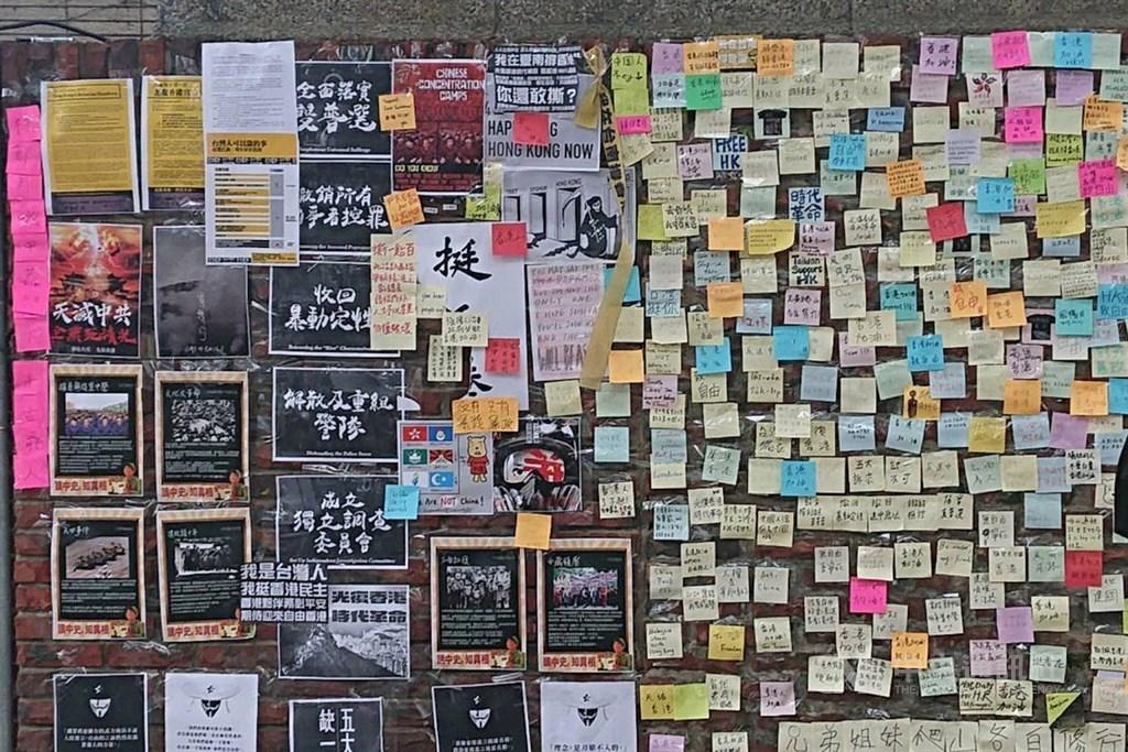 國立成功大學光復校區圍牆外支持香港反送中活動的連儂牆,7日再傳遭人破壞。警方8日表示,雖尚未接獲報案,但已循線發現一名男子涉嫌撕毀海報。圖為未遭破壞的連儂牆。(中央社檔案照片)