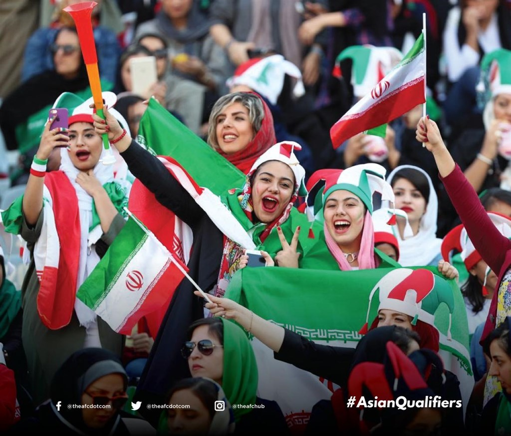 伊朗女性40年來首次在首都德黑蘭國家體育場觀看國家足球隊比賽。(圖取自twitter.com/theafcdotcom)