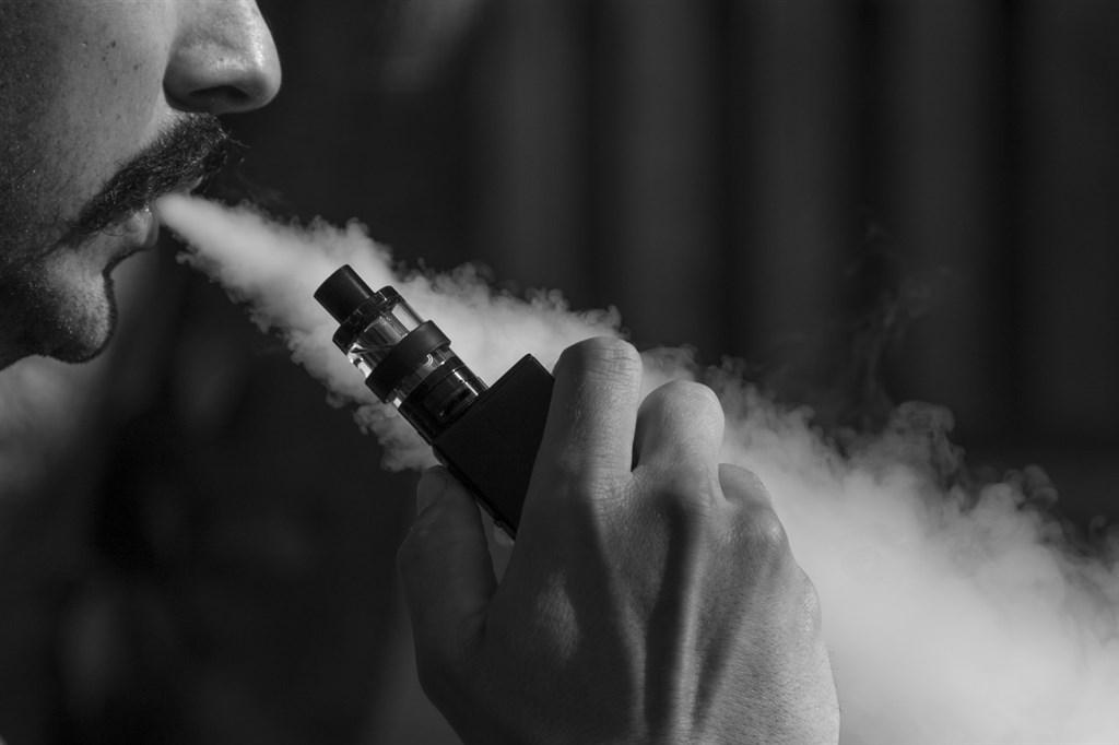 美國衛生當局10日指出,今年3月以來因電子菸相關疾病而死亡者已達26人,大約1300人因此肺部受傷。(示意圖/圖取自Pixabay圖庫)