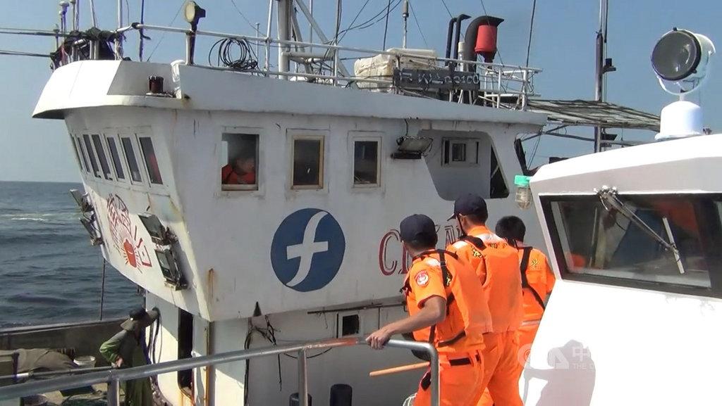 大陸籍「閩長漁23159號」越界作業並破壞本國籍漁船「雙發38號」網具,馬祖海巡隊強勢查扣並協調雙方達成和解。(馬祖海巡隊提供)中央社 108年10月11日