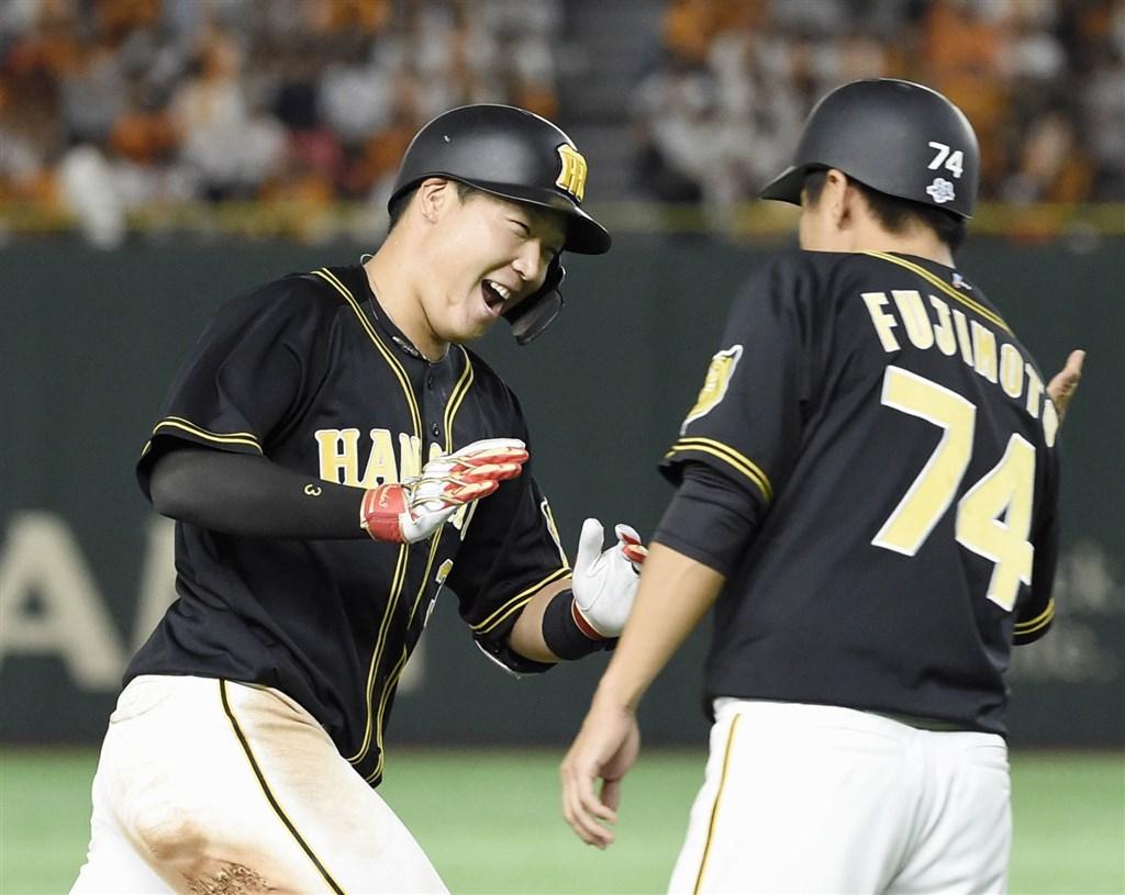 日本職棒中央聯盟季後賽決勝輪,阪神大山悠輔(左)9局敲致勝轟,率隊以7比6擊敗巨人隊。(共同社提供)