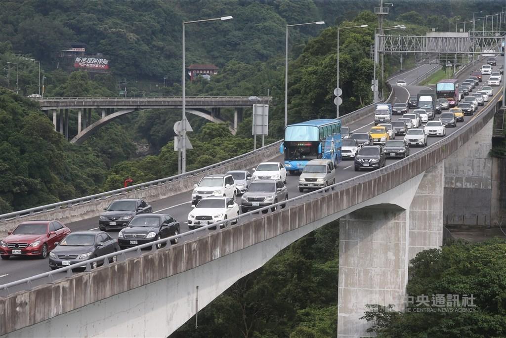 交通部高公局預估12日國道交通量為115百萬車公里,為平日87百萬車公里的1.3倍,其中北向交通量可達63百萬車公里,為平日的1.5倍。(示意圖/中央社檔案照片)