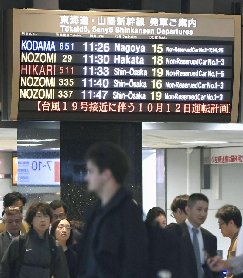 JR東日本公司11日表示,首都圈、靜岡縣的部分地區的鐵路路線,12日9時以後陸續停駛。東北、山形、秋田、北陸、上越12日11時以後出發的各列新幹線列車減班後停駛。圖為東京車站。(共同社提供)
