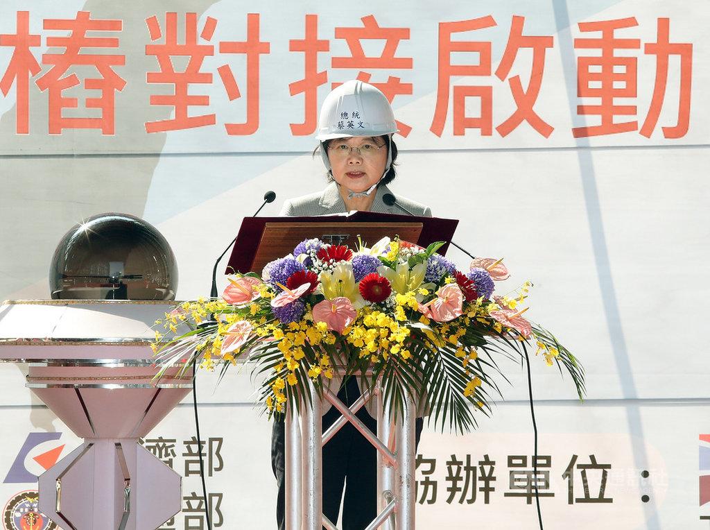 世紀鋼鐵12日在台北港舉行水下基礎生產基地基樁對接儀式,總統蔡英文表示,她剛接任時,台灣面臨備轉容量率低點,「我們從電力最低點開始努力,現在不缺電」,這是不必爭辯的事實,能源轉型不容易,但會繼續堅持創造三大契機,未來更要在全球賺綠能錢。中央社記者郭日曉攝 108年10月12日