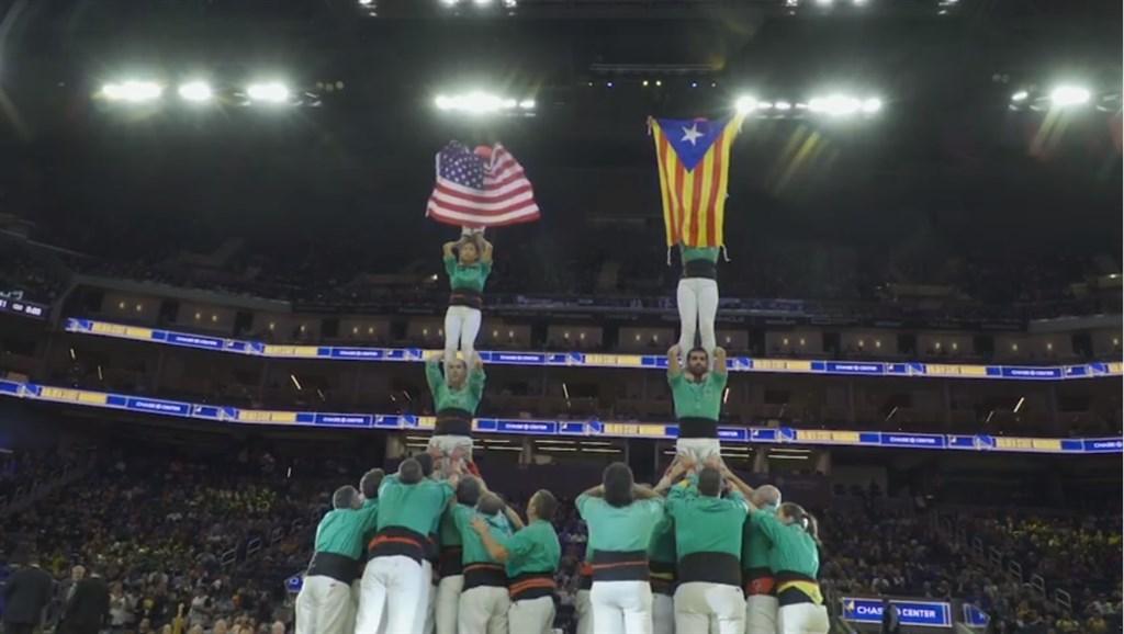 在中國抵制NBA情緒暫時消風下,加泰隆尼亞獨立旗出現在勇士隊主場的賽前表演,為中國網友帶來新話題,有人戲稱「中國多了個戰友(指西班牙)」。(圖取自facebook.com/CastellersdeVilafranca)