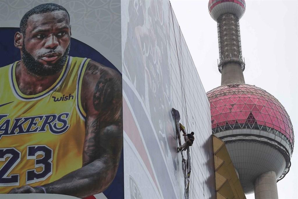 美國NBA與中國的關係因香港問題陷入緊張,但有專家認為,NBA在中國受歡迎的程度,可能使其免受長期損害。圖為10月9日工人拆除NBA巨幅海報。(中新社提供)