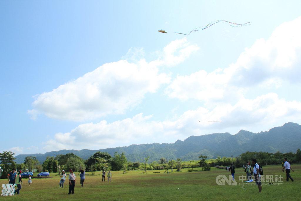 花蓮林區管理處12日起在花蓮大農大富平地森林園區展開為期15天的「森川里海風箏季」,不少民眾自備風箏前來施放。中央社記者張祈攝 108年10月12日