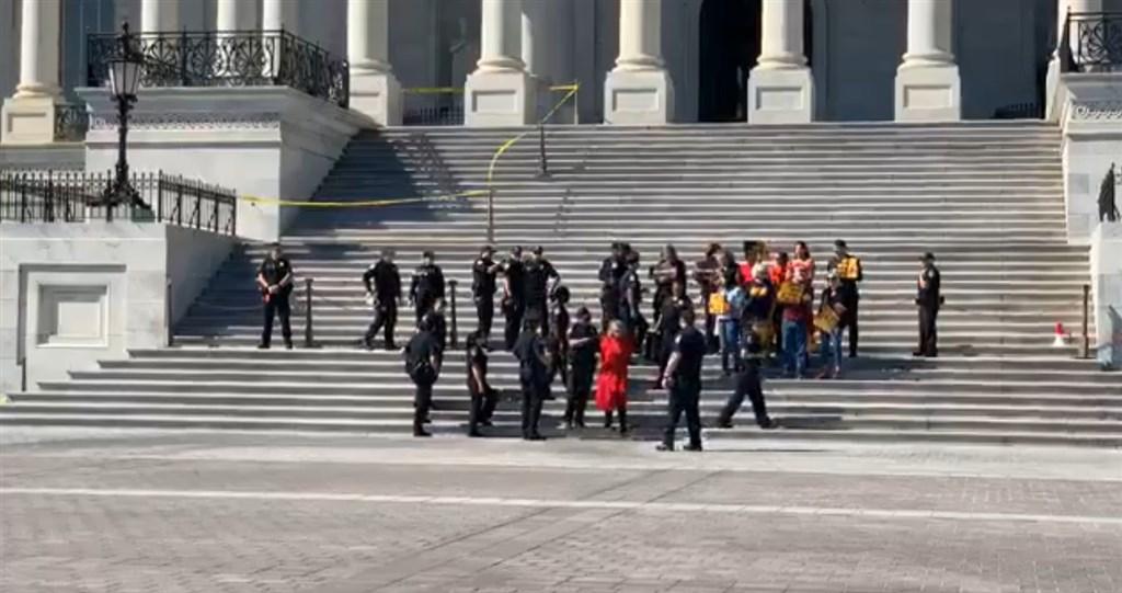 奧斯卡影后珍芳達11日在美國國會山莊外參與氣候變遷抗議活動,與其他數名人士被警方逮捕。(圖取自facebook.com/firedrillfriday)
