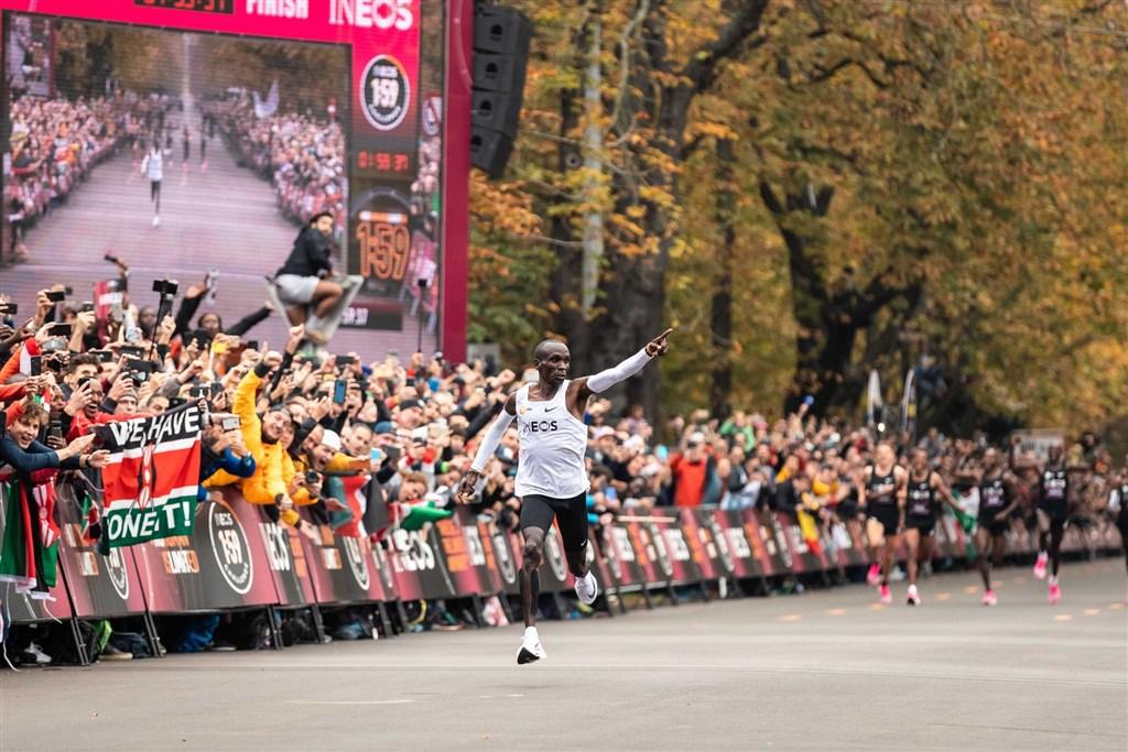 肯亞長跑名將基普柯吉(前)12日用不到2小時就跑完42公里馬拉松,成為田徑史上第1人。(圖取自twitter.com/EliudKipchoge)
