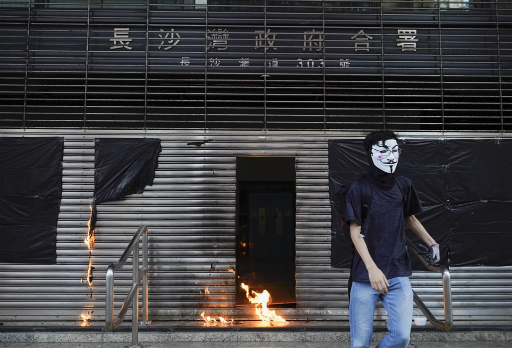 「反送中」遊行12日在香港再度登場,主要訴求是反對政府禁止蒙面,示威者沿途堵路並破壞地下鐵路站和特定商店。(美聯社)
