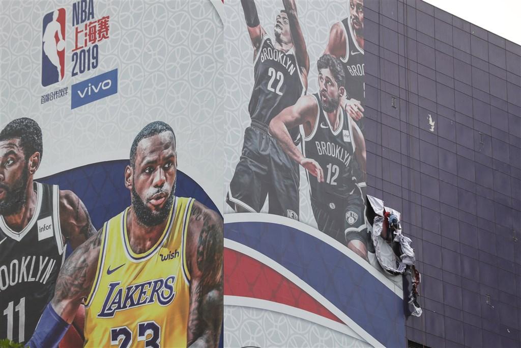 在NBA「言論自由」爭議下,原定9日下午在上海麗思卡爾頓酒店舉行的NBA中國賽記者會取消,酒店外的巨幅海報也被撤下。(中新社提供)