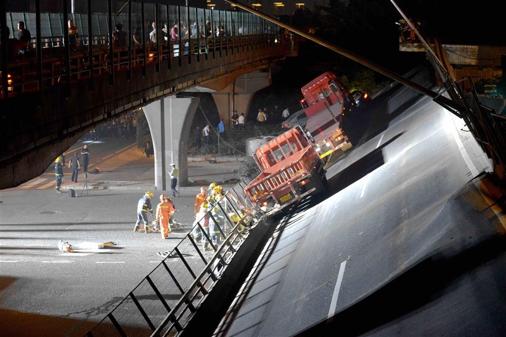 江蘇省無錫市312號國道往上海的高架路段10日坍塌造成3死,有記者在現場採訪時遭公安暴力相向,無人機也被擊落。圖為10日晚間的現場救援情況。(中新社提供)