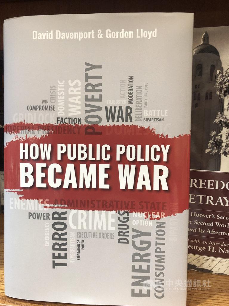 史丹佛大學智庫胡佛研究院今年出版的書籍「政策如何變成戰爭」(暫譯,How Public Policy Became War),兩位共同作者達芬波特(David Davenport)和羅伊德(Gordon Lloyd)強調,以宣戰的方式處理內政,無法解決實際問題。中央社記者周世惠舊金山攝 108年10月12日