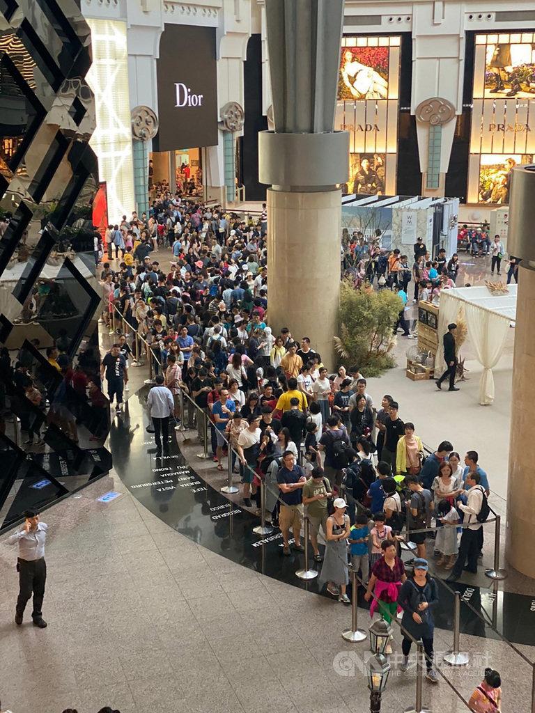 台北101推出營運15年以來觀景台最低票價,台北101表示,適逢國慶連續假期,造訪觀景台排隊人潮盛況空前的熱烈。(台北101提供)中央社記者劉姵呈傳真 108年10月12日