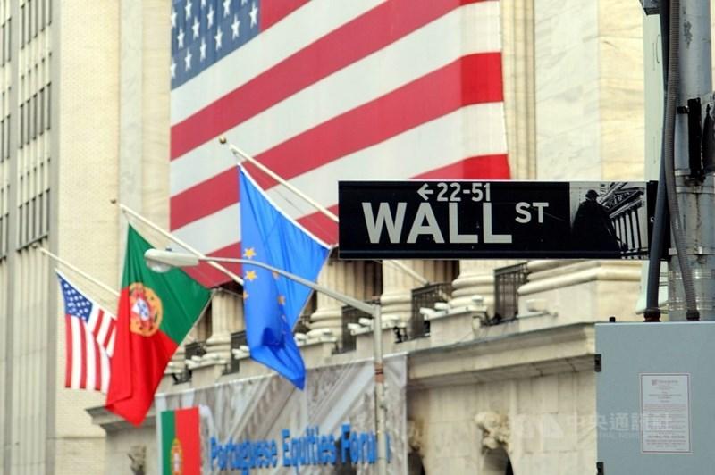 美國總統川普11日宣布美中達成「首階段」貿易協議,為終結貿易戰打下基礎。美股一路走揚,道瓊工業指數大漲319點,週線連3黑止步。(中央社檔案照片)