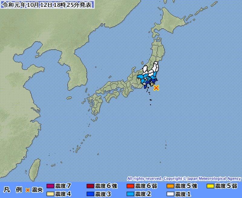 日本千葉縣12日下午6時22分(台灣時間5時22分)觀測到規模5.7的地震,震央在千葉縣東南外海,東京也感受到搖晃。(圖取自日本氣象廳網頁jma.go.jp)