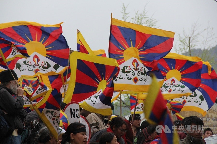 外界近期關注中國與尼泊爾是否簽署可能讓流亡藏人面臨「送中」命運的引渡條約,然而過去11年間在中國因素影響下,類似事件早已頻傳。圖為流亡藏人集會。(中央社檔案照片)