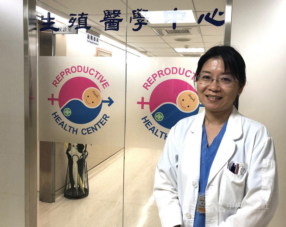 中山醫院胚胎師李黛君從事這個行業已21年,她說,胚胎師不僅是一份工作,也是做善事,至今她幫助超過近千對夫妻生下超過1000名寶寶,這份成就感令她再辛苦都甘之如飴。中央社記者張茗喧攝 108年10月12日