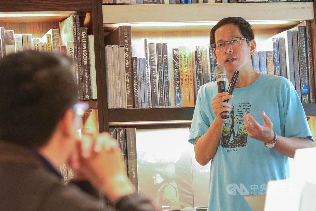 作家劉克襄(右)13日在台北誠品敦南店演講「我的城市自然書寫」,從故事分享城市書寫的心得。中央社記者謝佳璋攝  108年10月13日